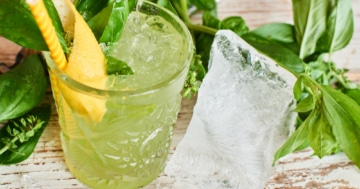 Gin Basil Smash Cocktail mit Basilikum