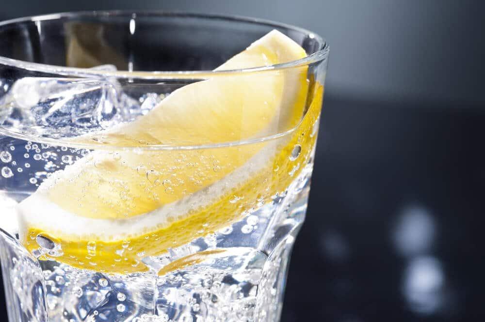 So wird der Gin Buck serviert: Mit einer Zitronenspalte darin.